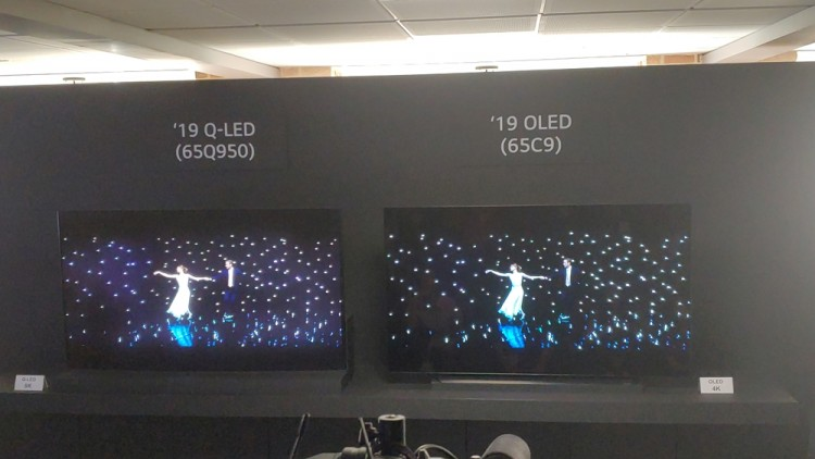 LG전자가 2019년형 QLED 8K 제품(왼쪽)과 OLED 4K 제품의 화질을 비교 시연하고 있다. QLED 8K 제품에서 보랏빛으로 번진 검은색 화면을 확인할 수 있다.