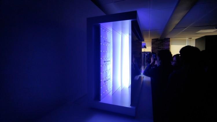 17일 서울 여의도 LG트윈타워에서 열린 LG전자 디스플레이 기술설명회에서 LG전자가 QLED 패널 뒷면에 놓인 백라이트 설계를 설명한 구조물을 전시하고 있다.