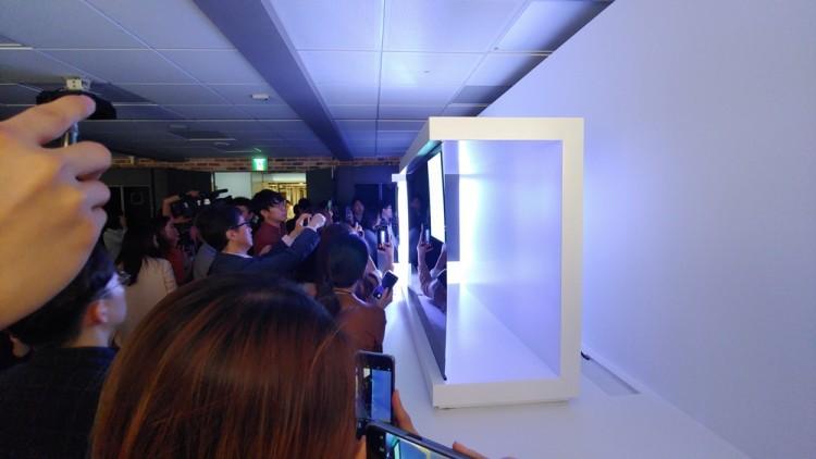 17일 서울 여의도 LG트윈타워에서 열린 LG전자 디스플레이 기술설명회에서 LG전자가 패널 뒷면에 아무 것도 없이 자체 발광하는 OLED 패널을 설명한 구조물을 전시하고 있다.