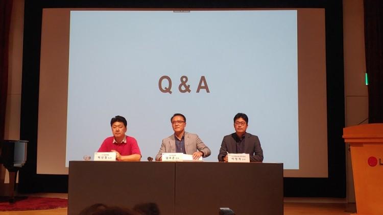 (왼쪽부터)백선필 LG전자 TV 상품 전략팀 팀장, 남호준 HE연구소장 전무, 이정석 HE마케팅커뮤니케이션담당 상무가 기자들 질문에 답하고 있다.