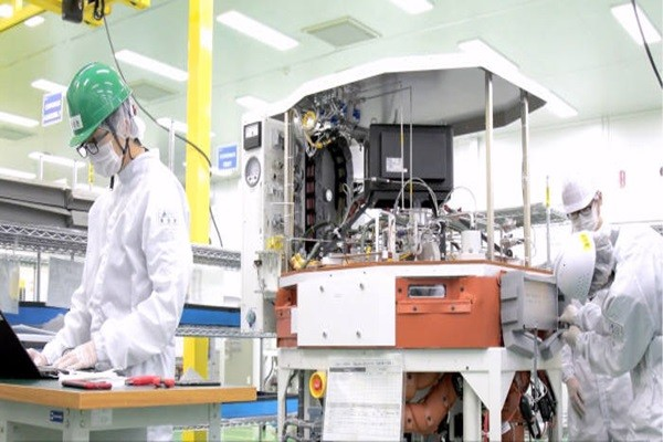 Lam Research's employees are manufacturing a semiconductor equipment.  (Source: Lam Research)
