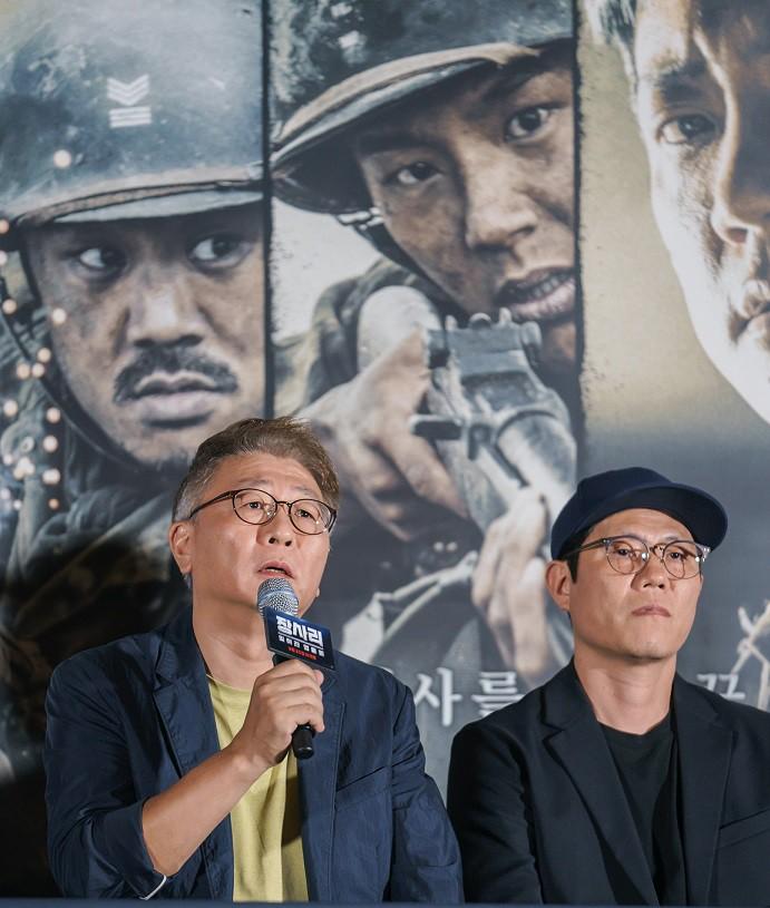 영화 '장사리 : 잊혀진 영웅들'의 공동 연출을 맡은 곽경택, 김태훈 감독이 기자들의 질문에 답하고 있다. (9월 18일 언론 시사회)