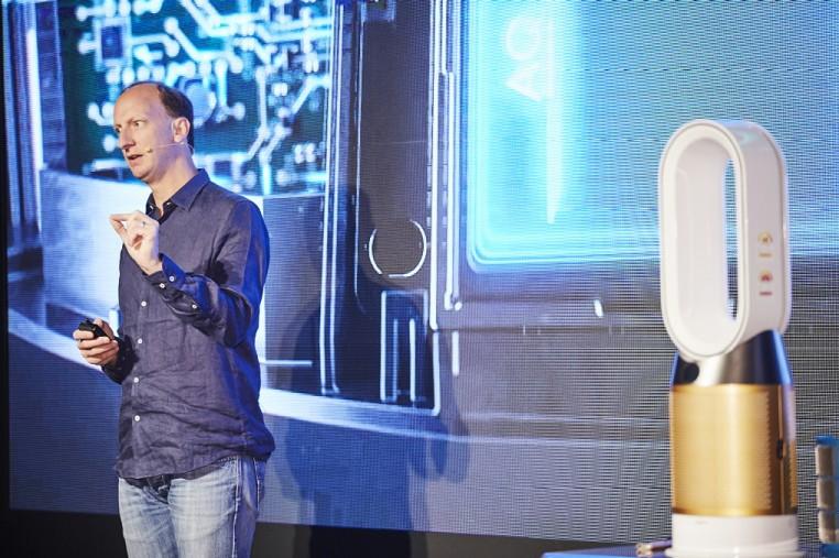 19일 서울 옥션에서 에반 스티븐스, 다이슨 환경 제어 기술 분야 카테고리 총괄 엔지니어가 신제품 공기청정기에 적용된 포름알데히드 분해 기술을 설명하고 있다. [사진=다이슨코리아]