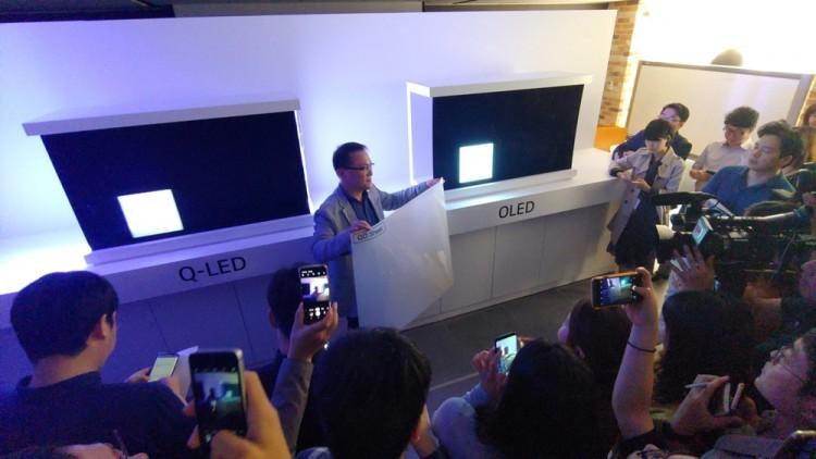 17서울 여의도 LG트윈타워에서 열린 LG전자 디스플레이 기술설명회에서 남호준 LG전자 HE 연구소장 전무가 '삼성 QLED TV' 패널에 부착되는 QD 시트를 들어보이고 있다.
