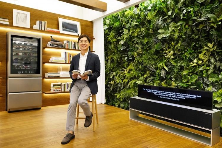 LG전자 '시그니처 키친 스위트' 논현 쇼룸 리뉴얼을 함께 진행한 유명 건축가 유현준씨가 주방과 거실이 통합되는 '그레이트 리빙 키친'을 소개하고 있다. [사진=LG전자]
