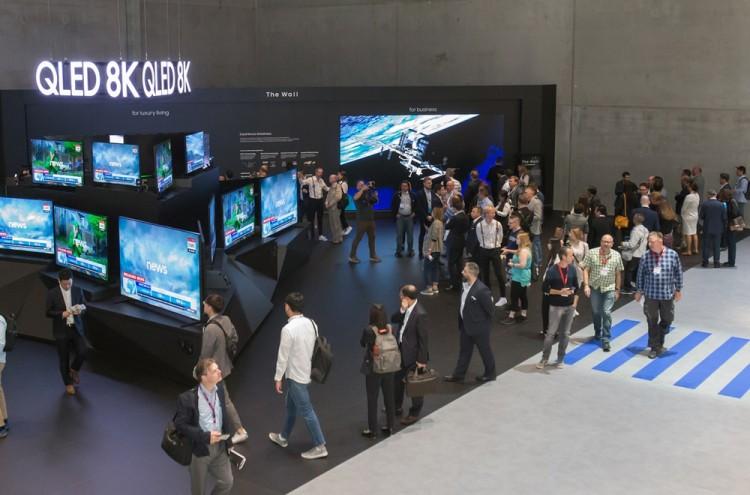 지난 9월 독일 베를린에서 열린 유럽최대 가전전시회 'IFA 2019' 에서 관람객들이 삼성전자의 QLED 8K TV를 살펴보고 있다. [사진=삼성전자]
