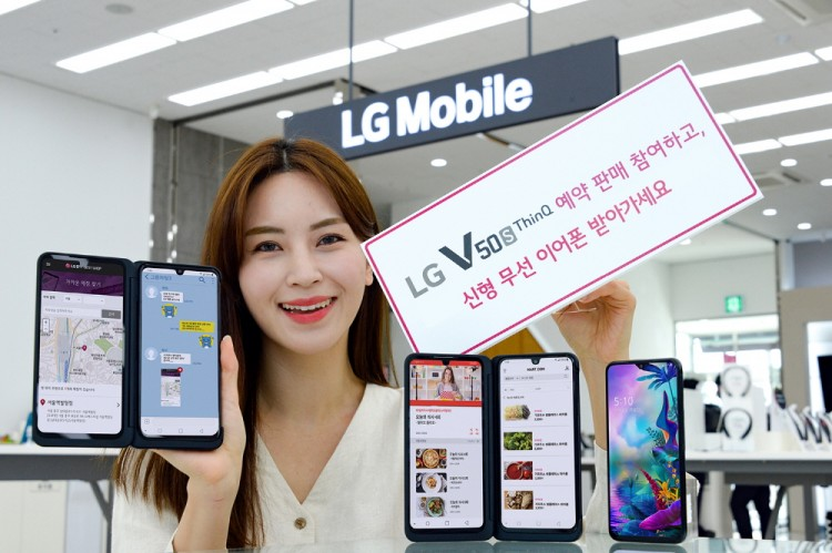 LG전자 모델이 LG V50 ThinQ와 신형 LG 듀얼 스크린을 소개하고 있다. [사진=LG전자]