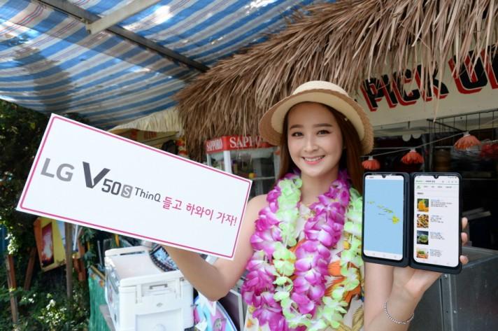 모델이 LG V50S 씽큐와 신형 LG 듀얼 스크린을 소개하고 있다. [사진=LG전자]