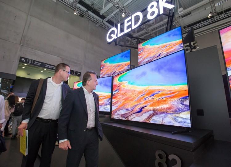 관람객들이 현지시간 6일 독일 베를린에서 열리는 가전전시회 'IFA 2019' 내 삼성전자 전시장에서 55형부터 98형까지 'QLED 8K' TV 풀 라인업을 감상하고 있다. [사진=삼성전자]