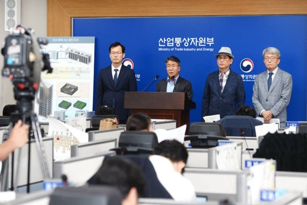 Director Lee Seung-woo (left) of Korea Agency for Technology and Standards, Director Kim Jung-hoon of the responsible investigation committee, and Professor Choi Yoon-seok of Ulsan National Institute of Science and Technology made the results from their investigation public and announced a measure to tighten up safety to prevent these accidents from reoccurring at a Ministry of Trade, Industry and Energy's pressroom that is located inside of Government Complex Sejong in last June. (Source: Ministry of Trade, Industry and Energy)