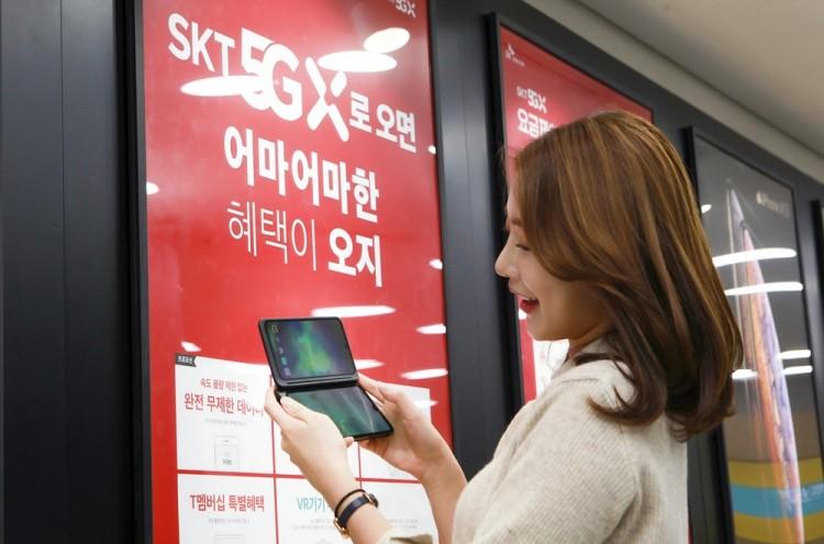 SK텔레콤 홍보모델이 'V50S'를 소개하고 있다. [사진=SK텔레콤]