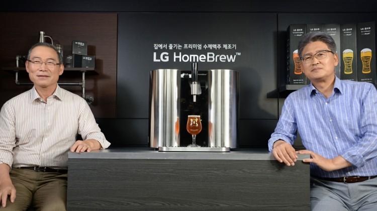 지난 7월 15일 송대현 H&A사업본부장 사장(왼쪽)과 김정태 LG전자 한국B2C그룹장 전무가 주한 영국대사관에서 세계 첫 캡슐형 수제맥주제조기 'LG 홈브루'를 소개하고 있다. [사진=LG전자]
