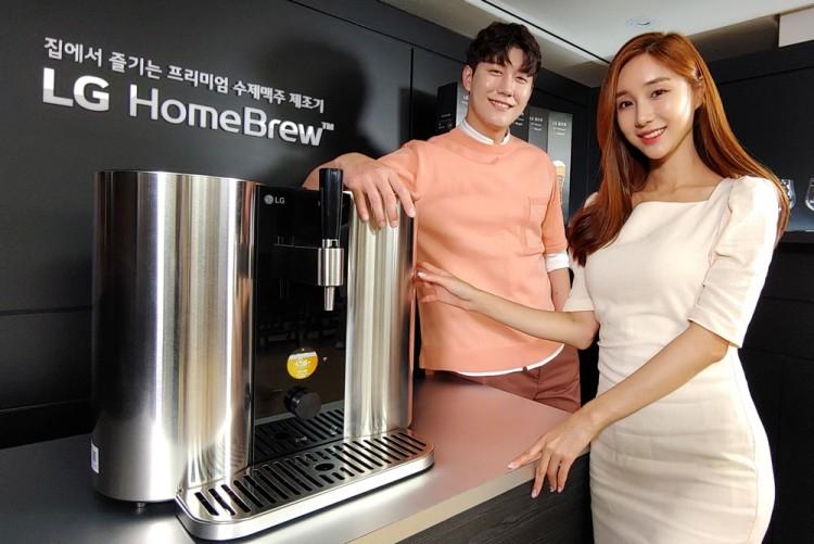 지난 7월 15일 서울 중구에 위치한 영국대사관에서 열린 LG 홈브루 출시 행사에서 모델이 프리미엄 수제맥주제조기 LG 홈브루를 소개하고 있다. [사진=LG전자]