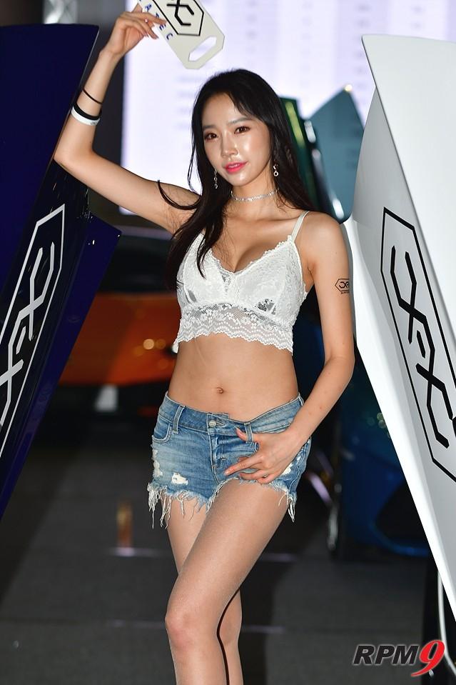 [포토] 레이싱모델 김다나, 서울오토살롱위크에서 매력 발산