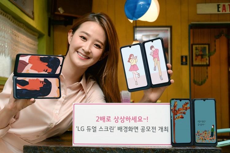 모델이 LG V50S 씽큐와 LG 듀얼 스크린 신제품을 소개하고 있다. [사진=LG전자]
