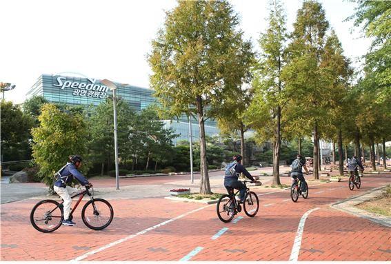 희망길벗 힐링 자전거교실 참가자들이 광명 스피돔에서 라이딩 교육을 받고 있다.