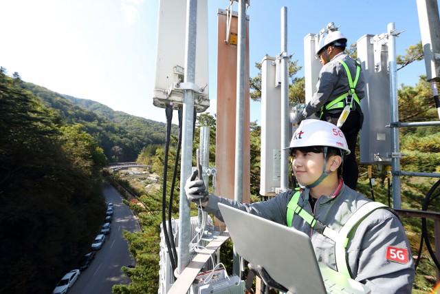 KT 네트워크부문 직원들이 강원도 오대산 내 월정사에서 5G 네트워크 품질을 점검하고 있다.