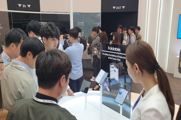 Spectators at IMID 2019 are looking at products that are displayed.