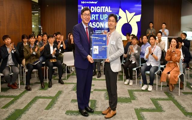 이대훈 은행장(왼쪽)이 서울 서초구 소재 NH디지털챌린지+ 2기 입주기업 대표에게 입주 현판을 전달하고 있다.