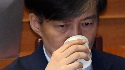 """조국, 35일만에 장관직 내려놓다…문 대통령 """"검찰 개혁 큰 발걸음 떼는 일"""""""