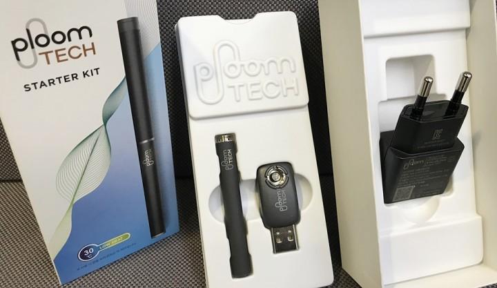 배터리, USB충전기, 어댑터(왼쪽부터)로 구성된 '플룸테크 스타터 키트'.