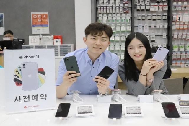 롯데하이마트가 '아이폰11'의 사전예약 판매를 오는 24일까지 진행한다. 롯데하이마트 대치점에서 모델들이 아이폰11을 선보이고 있다.