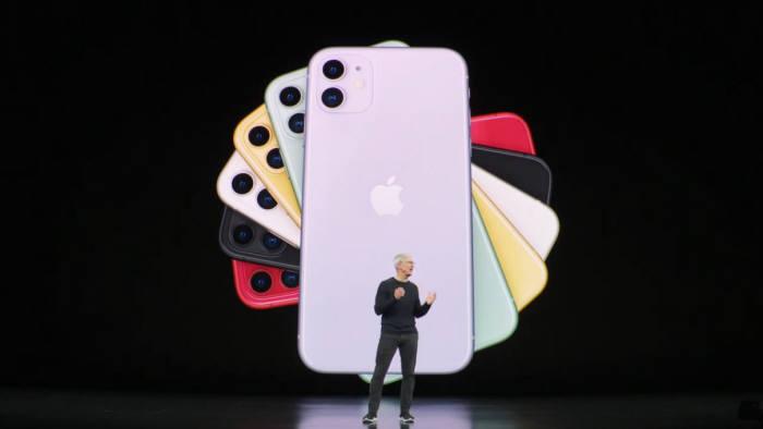 팀쿡 애플 CEO가 6가지 새로운 색상의 아이폰11을 소개하고 있다. [사진=애플]