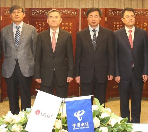 중국 베이징 차이나텔레콤 본사에서 양사가 전략적 제휴를 맺고 하현회 LG유플러스 부회장(왼쪽에서 두번째)과 커루이원 차이나텔레콤 동사장(왼쪽에서 세번째) 등이 기념촬영을 하고 있다. [사진=LG유플러스]