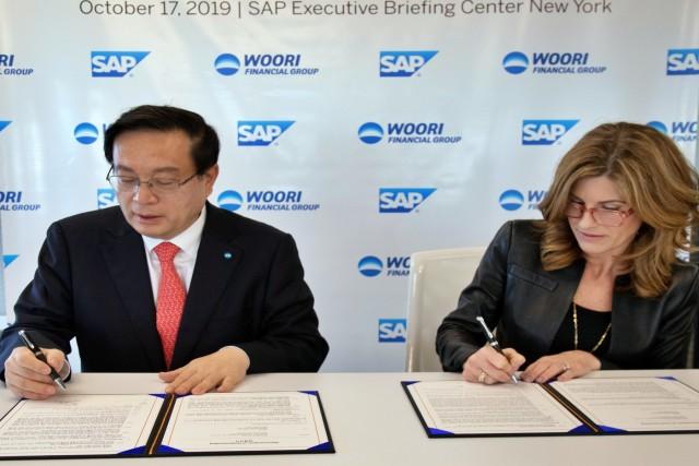 손태승 우리금융그룹 회장 겸 우리은행장(왼쪽)과 제니퍼 모건 SAP CEO가 지난 17일(현지시간) 미국 뉴욕에서 기업금융 부문의 디지털 혁신을 위한 업무협약에 사인하고 있다.