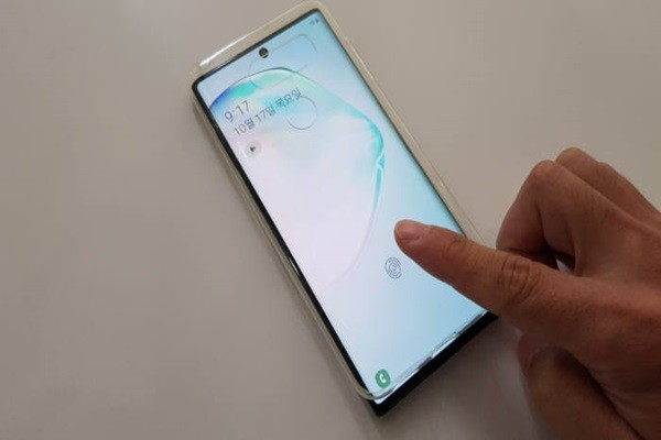 Galaxy Note 10 was unlocked after placing a cheap silicon case on top of the device and attempting fingerprint recognition.