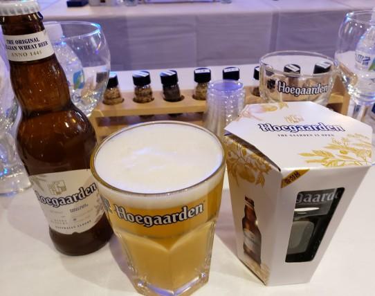 호가든 맥주, 호가든 전용잔(앞)과 맥주 원료 샘플들(뒤) 출처=정진홍 기자