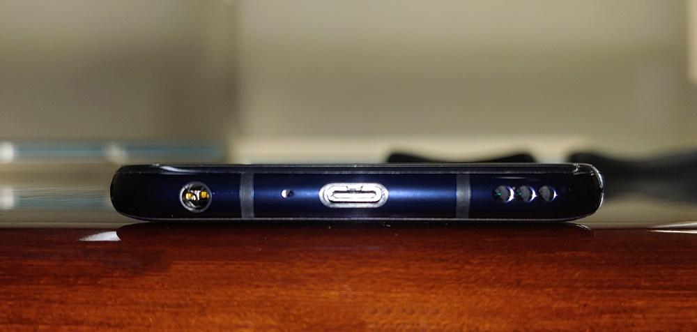 아래쪽 면에서 3.5파이 유선이어폰단자와 USB-C 단자, 1.2W 내장스피커를 확인할 수 있다.