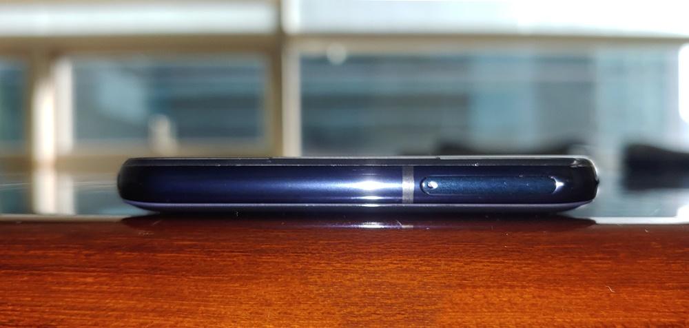 위쪽 면은 전작에서 오른쪽 면에 있던 마이크로 SD 단자가 위치한다.