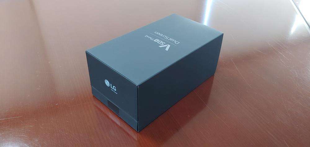 V50S 포장 상자는 V50S(위 상자)와 듀얼스크린(아래 상자)을 하나로 묶은 형태다. V50S를 구매하면 듀얼 스크린이 무상 증정된다.