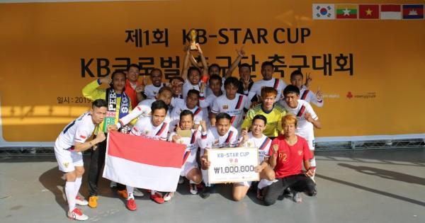 지난 20일, 국민은행 천안연수원에서 열린 'KB Star Cup 축구대회'에서 우승을 차지한 인도네시아(안산)팀이 기념촬영을 하고 있다.