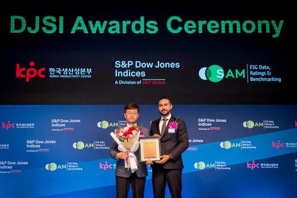정선용 웅진코웨이 TQA 센터장(왼쪽)과 만짓주스 로베코샘 ESG 평가 부문 사장이 지난 22일 서울 신라호텔에서 열린 2019 DJSI 인증식에서 기념사진을 촬영하고 있다. 출처=웅진코웨이