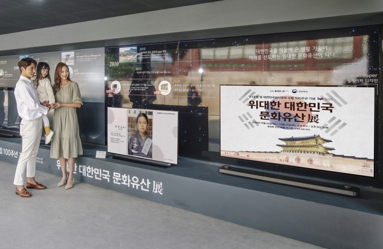 모델들이 'LG 올레드 TV'로 선보이는 독립운동 영웅들 모습을 관람하고 있다. [사진=LG전자]