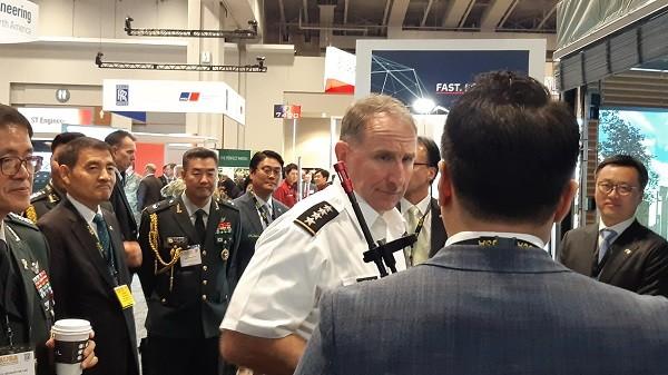 미국 방산 전시회 '2019 AUSA'에서 연합사령관인 로버트 에이브럼스((Robert Abrams) 대장(주한미군 사령관/유엔사 사령관)이 옵티머스 시스템 부스에 방문하여 제품을 직접 체험하고 설명을 듣고 있다. (사진=옵티머스 시스템)