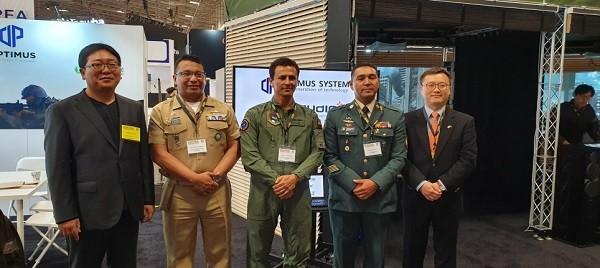 미국 방산 전시회 '2019 AUSA'에서 콜롬비아 군 관계자 대상으로 시연을 한 후 기념 사진을 촬영하고 있다.  (사진=옵티머스 시스템)