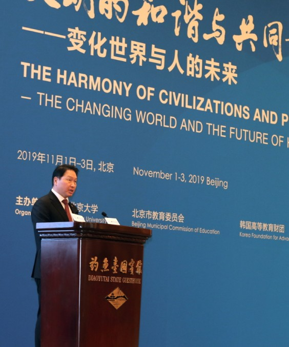 최태원 SK회장이 지난 1일 중국 베이징 댜오위타이에서 열린 베이징포럼 2019 개막식에서 기조연설을 하고 있다. 사진=SK그룹