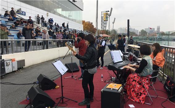경정 선수들이 미사 경정장 수변 무대에서 고객들을 대상으로 콘서트를 열었다.