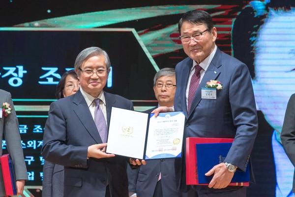 2019 대한민국 봉사대상. 김성재 총재(한국유엔봉사단)과 조재기 국민체육진흥공단 이사장(오른쪽)