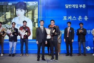 스마일게이트 엔터테인먼트 김대진 본부장(중앙 우측)이 문화체육관광부 김현환 콘텐츠정책국장(중앙 좌측)으로부터 이달의 우수게임상을 수상하고 있다. 사진=스마일게이트엔터테인먼트.