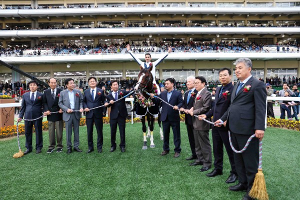 2019년11월3일 대통령배 시상식. 왼쪽에서 5번째 김영관 조교사, 우승마 뉴레전드와 요아니스 기수
