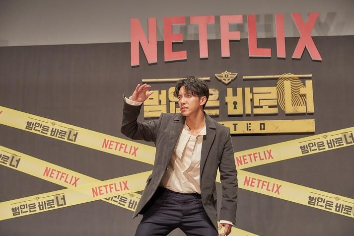 넷플릭스 오리지널 시리즈 '범인은 바로 너! 시즌2' 제작보고회에 참석한 이승기가 포즈를 취하고 있다. / 사진 = 넷플릭스