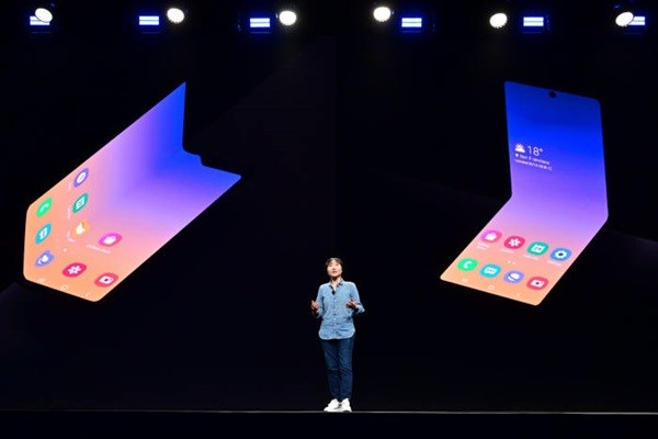 Director Jung Hye-soon of Samsung Electronics Wireless Business Department's Framework R&D Group is introducing a new foldable Smartphone form factor at Samsung Developer Conference 2019.
