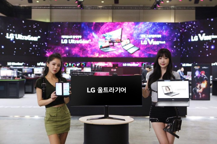 LG전자 부스에서 모델이 제품을 소개하고 있다. [사진=LG전자]