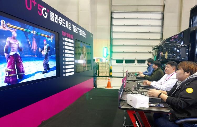 U+5G 클라우드 게임 '철권7' 챔피언십에서 관람객들이 대전을 벌이고 있다. [사진=LG유플러스]