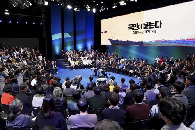 문재인 대통령은 임기 반환점을 맞아 19일 저녁 생방송으로 진행된 국민과의 대화에 출연, 국민 패널 300명이 질문한 경제사회 정치안보 전반에 대한 질의에 답했다. 사진=청와대