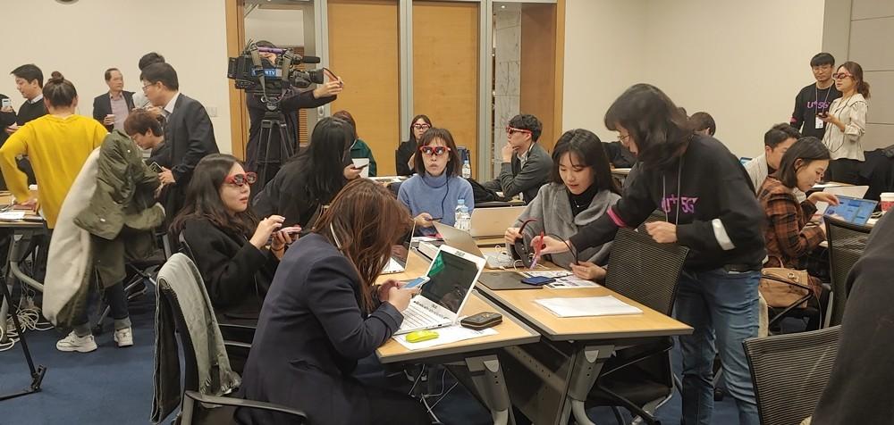 21일 대한상공회의소에서 열린 LG유플러스 기자간담회에 참석한 기자들이 AR글래스 '엔리얼 라이트'를 체험하고 있다.